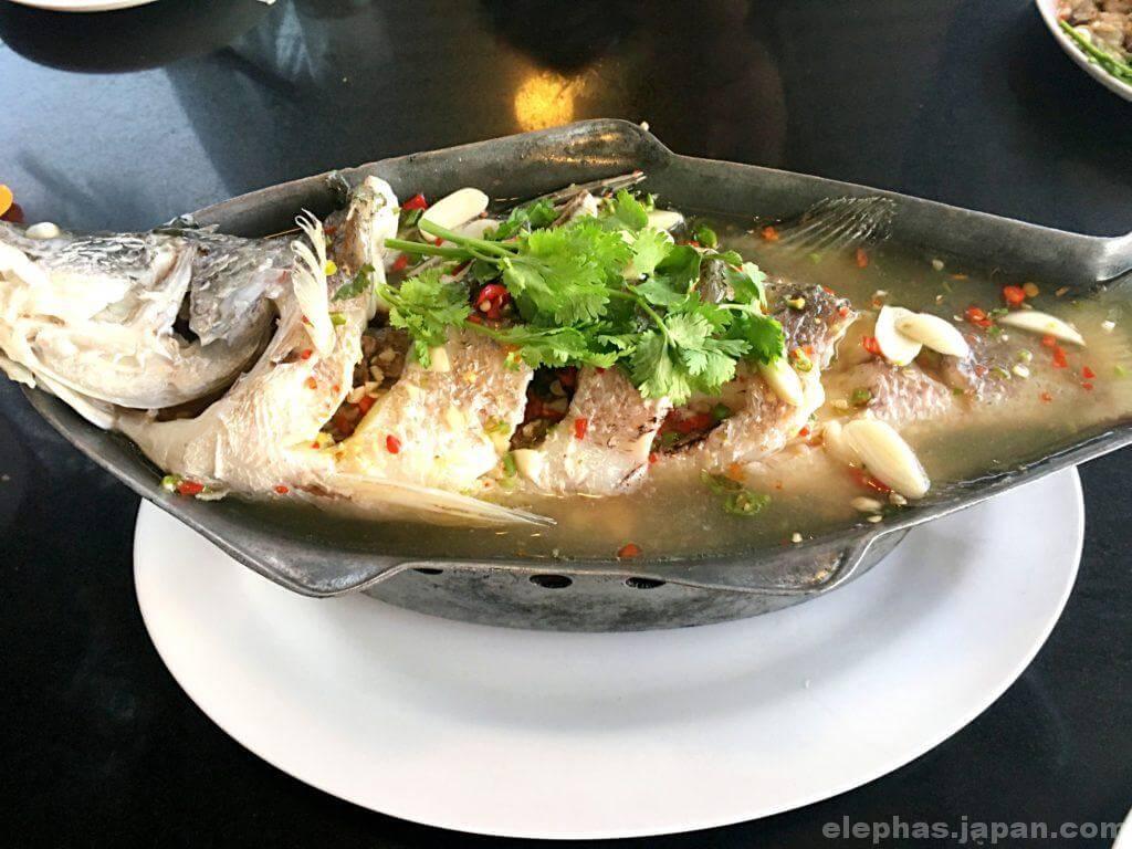 タイのシーフードレストランムンアロイのスズキ
