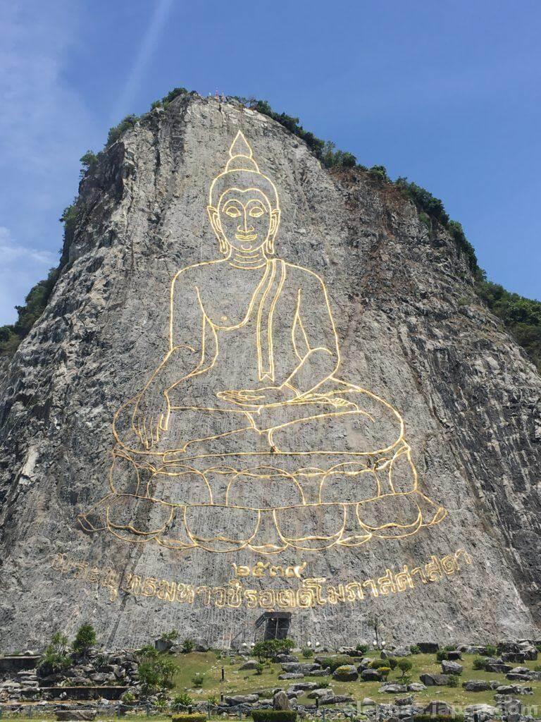 パタヤシルバーレイクの近くの仏像