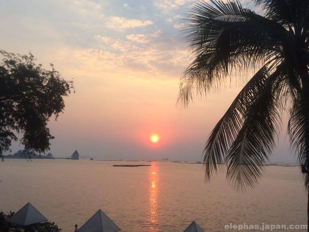 タイのシーフードレストランムンアロイの夕日