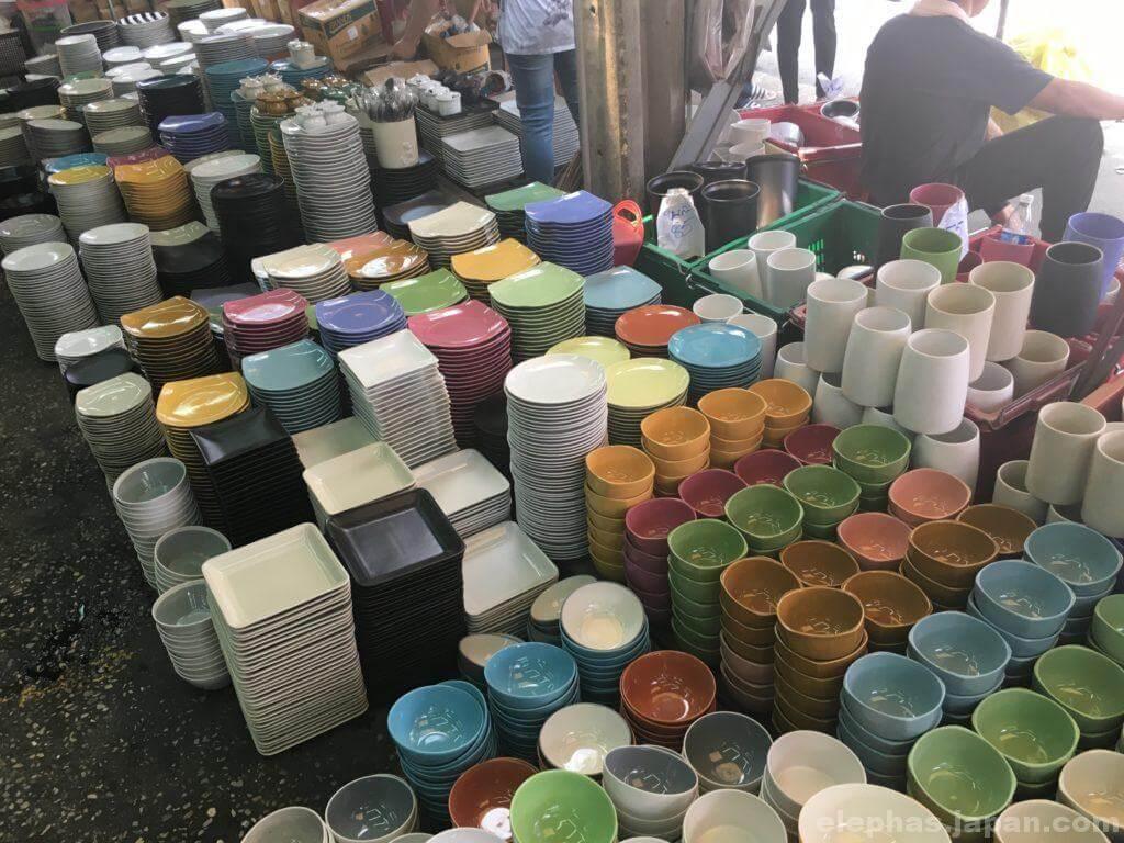チャトゥチャック・ウィークエンドマーケットで販売する食器