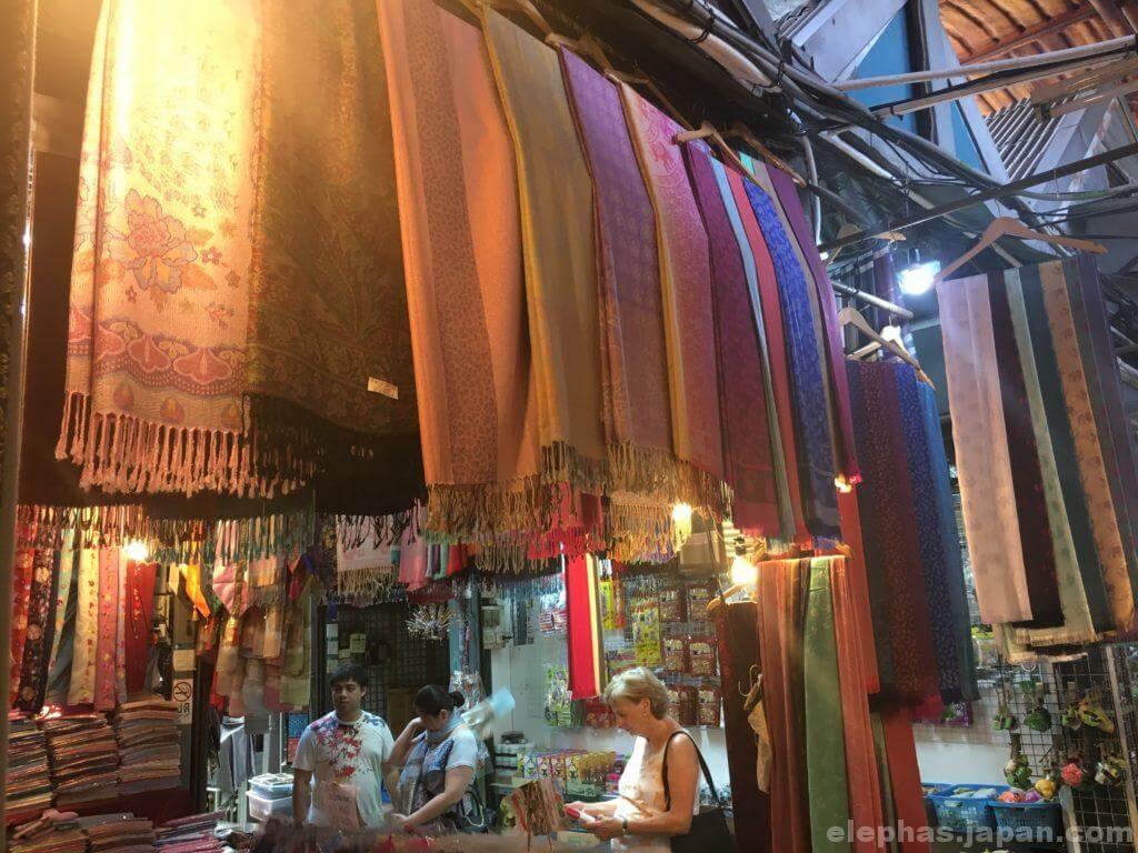 チャトゥチャック・ウィークエンドマーケットで販売する生地