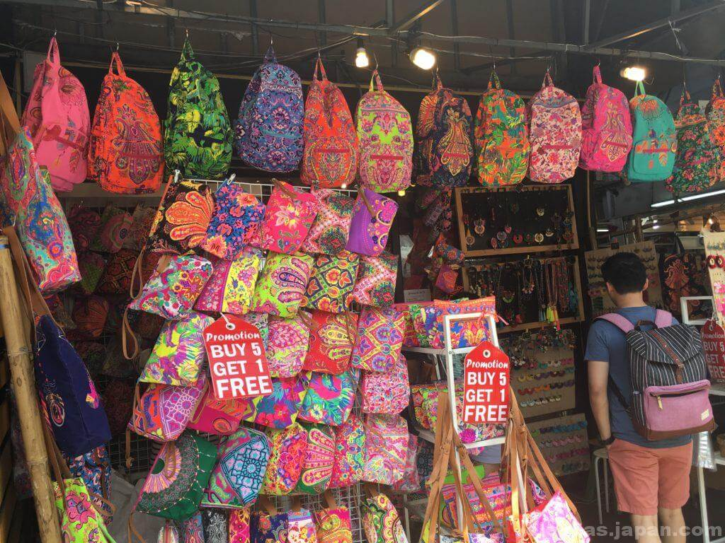 チャトゥチャック・ウィークエンドマーケットで販売するバッグ