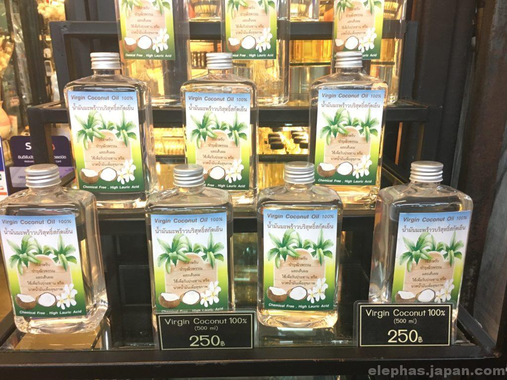 チャトゥチャック・ウィークエンドマーケットで販売するココナッツオイル