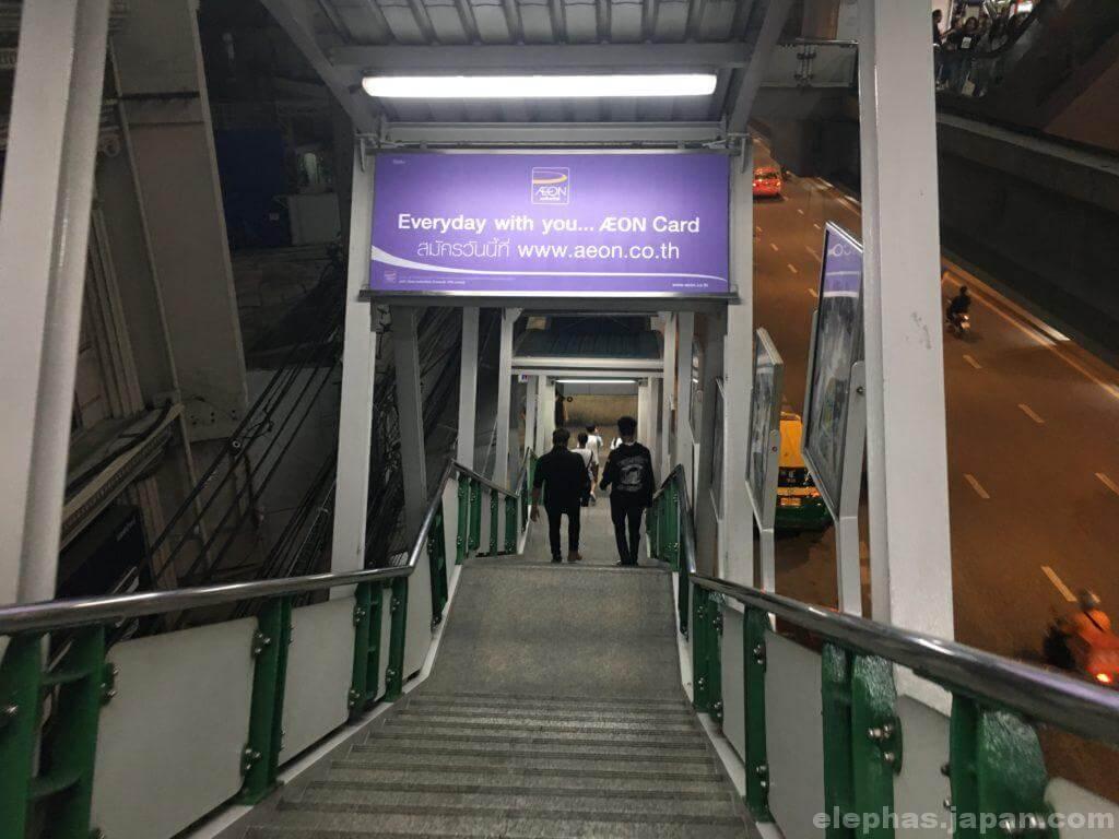 アソーク駅4番出口階段